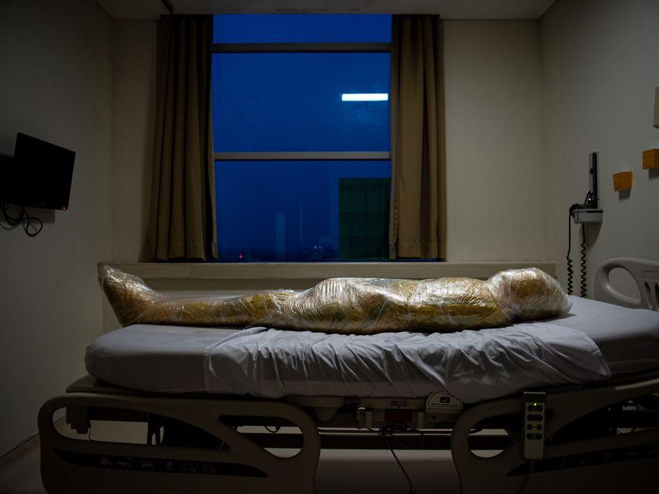 Foto de vítima do coronavírus na Indonésia desperta assombro e negação