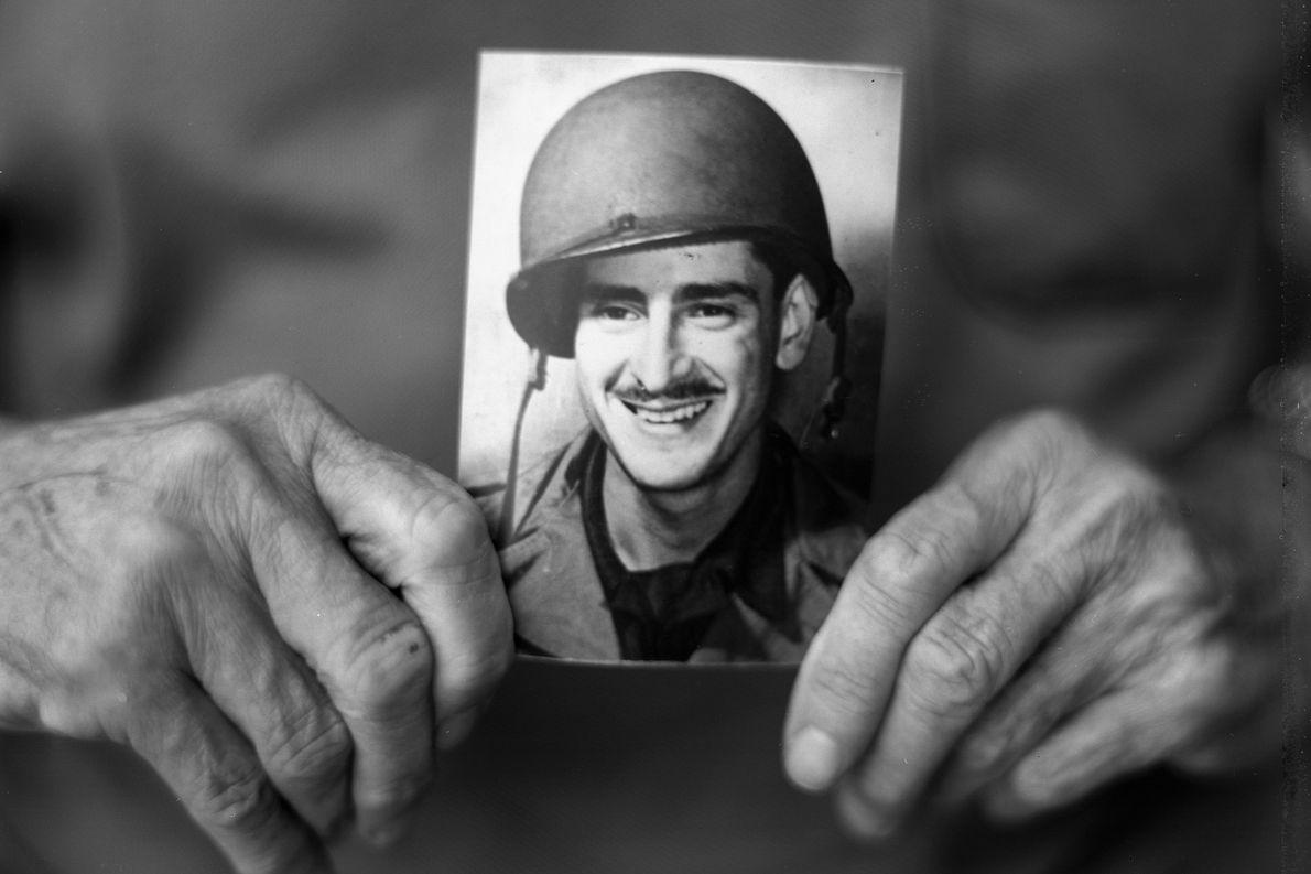 Harry Parley, um ex-operador de lança-chamas do 116º Regimento de Infantaria, estava na primeira leva de ...