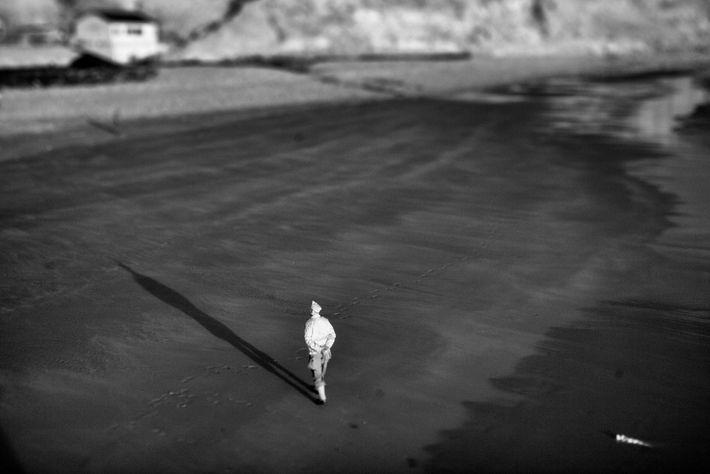 Militar caminha na Normandia em uma reencenação em 6 de junho de 2014, no aniversário de ...
