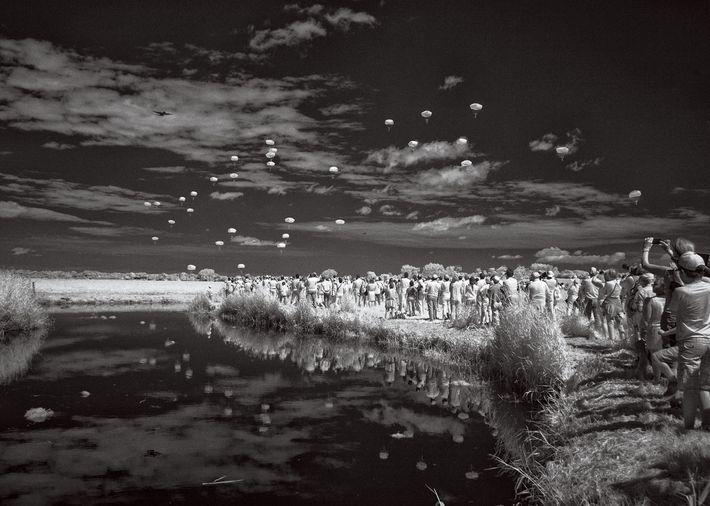 JUNHO, 2014   Antes do amanhecer no Dia D, 13 mil paraquedistas americanos saltaram no interior ...