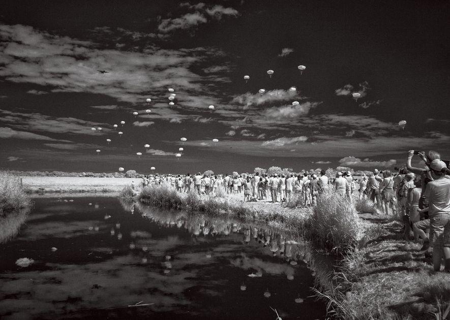 Durante décadas, um fotógrafo retorna às praias marcadas pelo Dia D