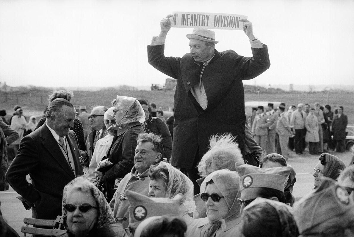 Veteranos de guerra se reunem na praia de Omaha em 6 de junho de 1975, no ...