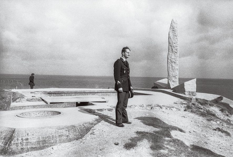 JUNHO, 1974 Um soldado francês regressa a Pointe du Hoc, onde guardas escalaram as falésias para ...