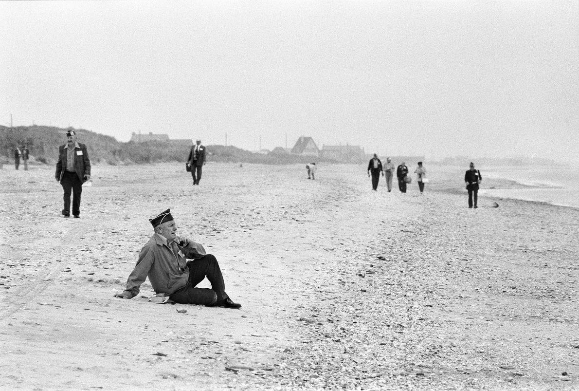 Veterano de guerra senta em uma praia da Normandia no aniversário de 35 anos do Dia ...