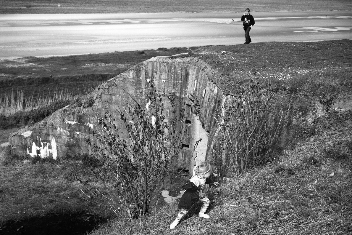 No 50º aniversário do Dia D, em 1994, crianças brincam em uma paisagem antes tomada pela ...
