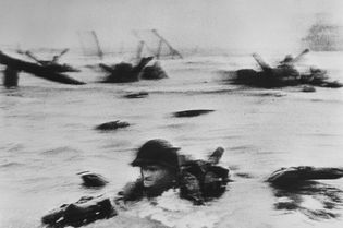 JUNHO, 1944   A famosa foto de Robert Capa mostra Omaha no Dia D. A invasão ...