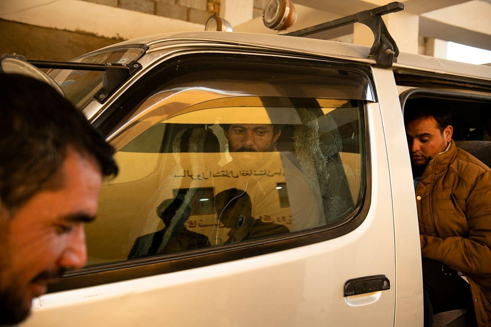 Mohammad Barat, 34 anos, é transportado para o centro de triagem na cidade de Zaranj, na ...