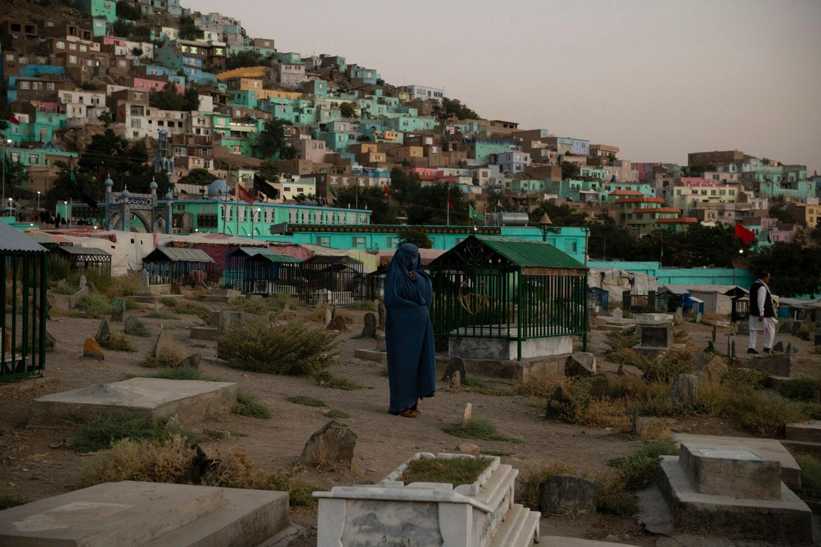 Uma mulher chora no cemitério Karte Sakhi, a oeste de Cabul, em uma noite de quinta-feira, ...