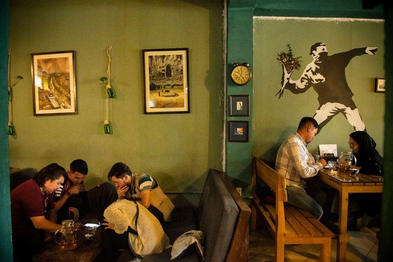 Jovens afegãos frequentam o Simple Cafe, localizado no bairro Pul-e Surkh, em Cabul, em 2019. Houve ...