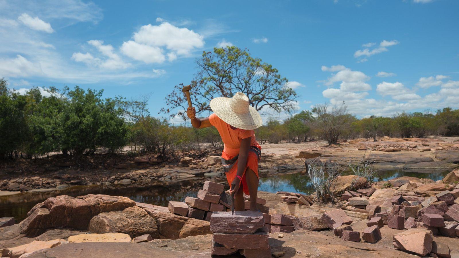 Nas margens do rio Paraguassu, as mulheres do município de Itaetê (BA) esculpem uma pedra um ...