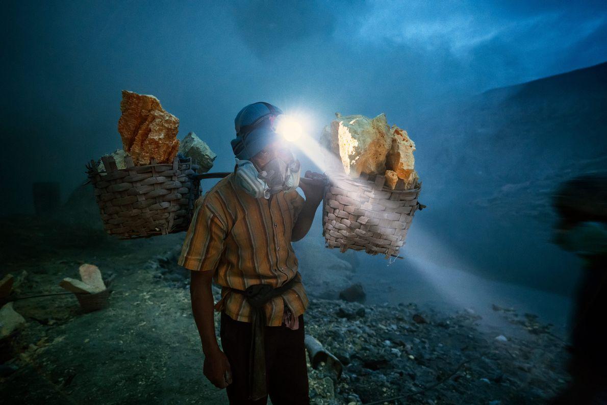 Os blocos de enxofre extraídos do Monte Ijen são processados e usados para fabricar uma variedade ...