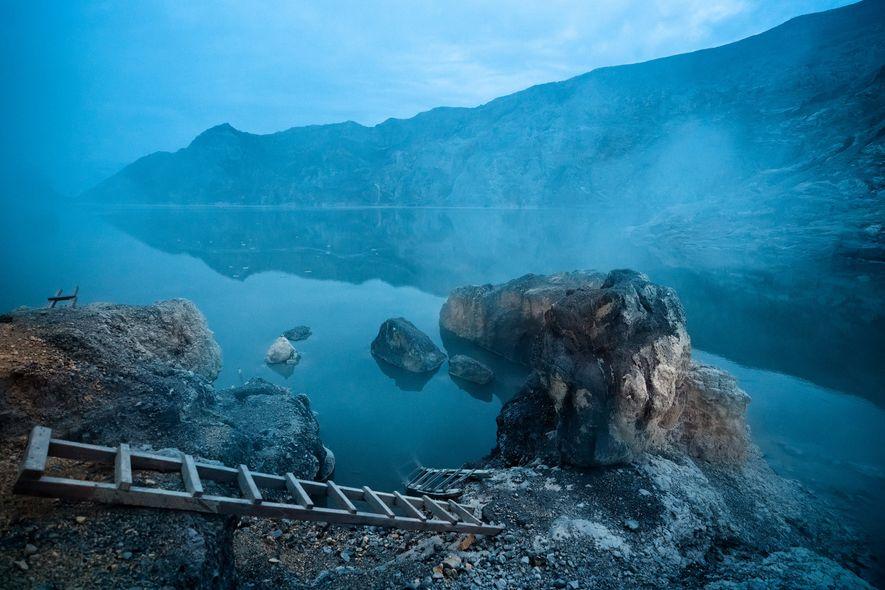 O vulcão Ijen abriga o maior lago cratera ácido do mundo, famoso por sua rica cor ...
