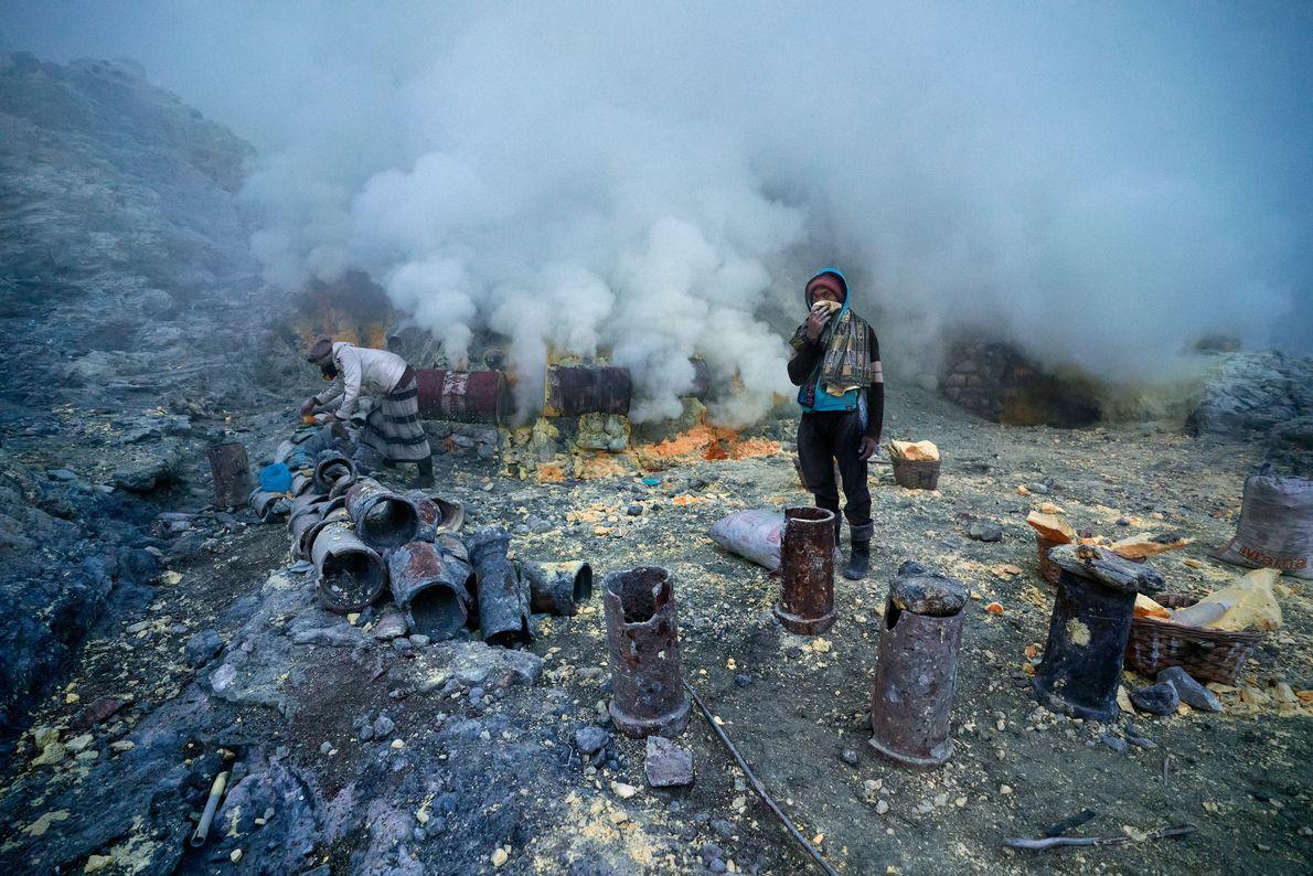 O ar na cratera é espesso com gás vulcânico tóxico e os mineradores geralmente não usam ...