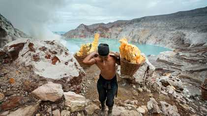 Estes homens arriscam-se diariamente extraindo enxofre de um vulcão ativo