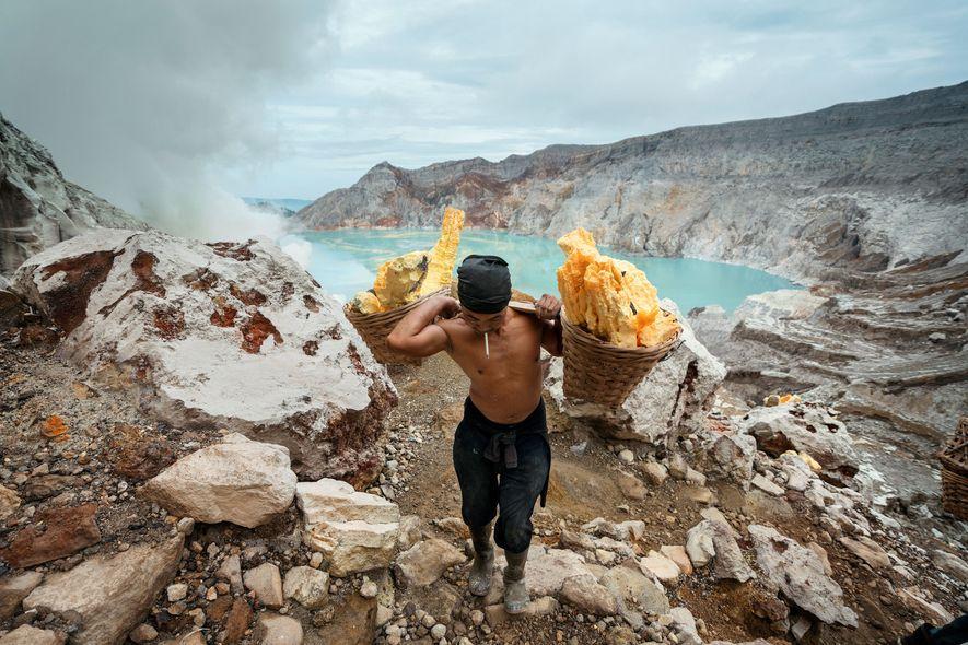 Sunarto, 41 anos, carrega uma carga de enxofre da cratera Kawah Ijen.