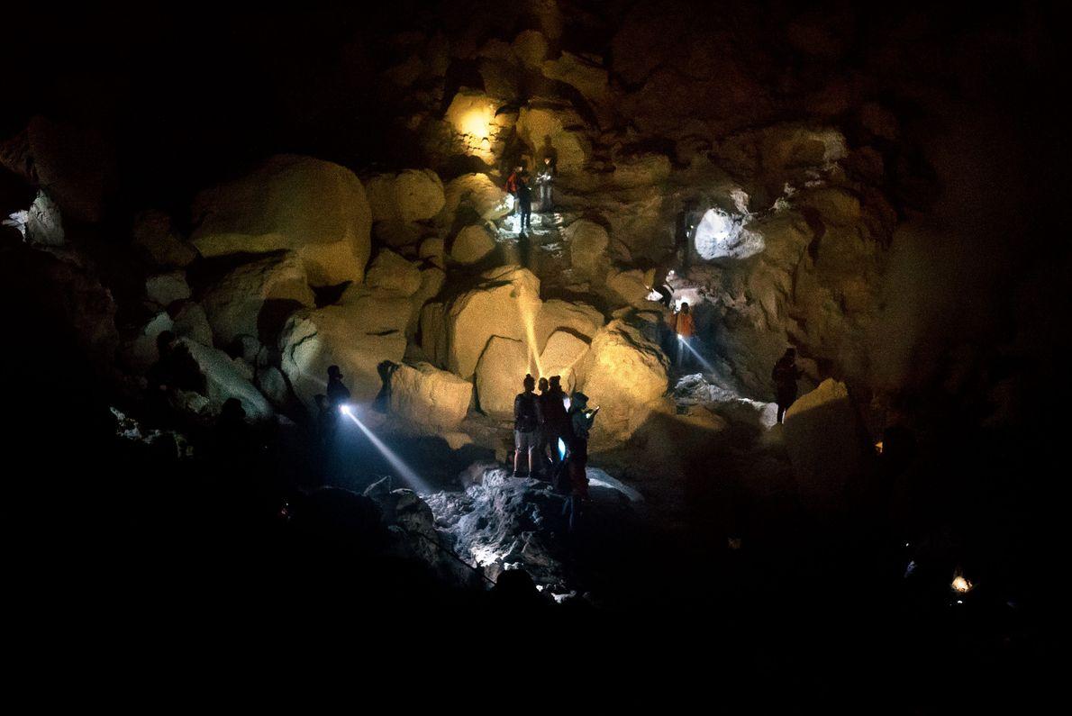 Os turistas exploram a cratera do Monte Ijen, que pode ver mais de milhares de visitantes ...