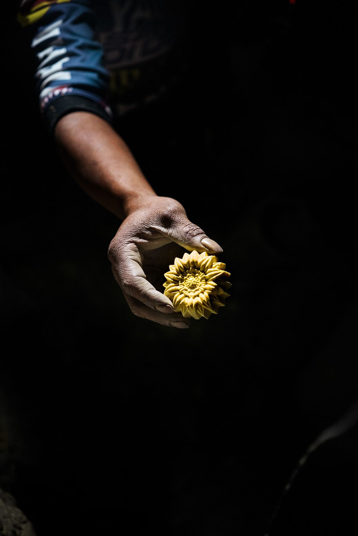 Wito, de 43 anos, esculpe uma flor a partir de um bloco de enxofre para ganhar ...