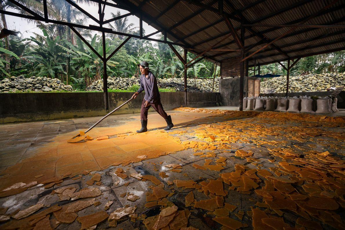 Pak Suil, de 70 anos, processa enxofre na Aldeia de Tamansari. O enxofre líquido é espalhado ...