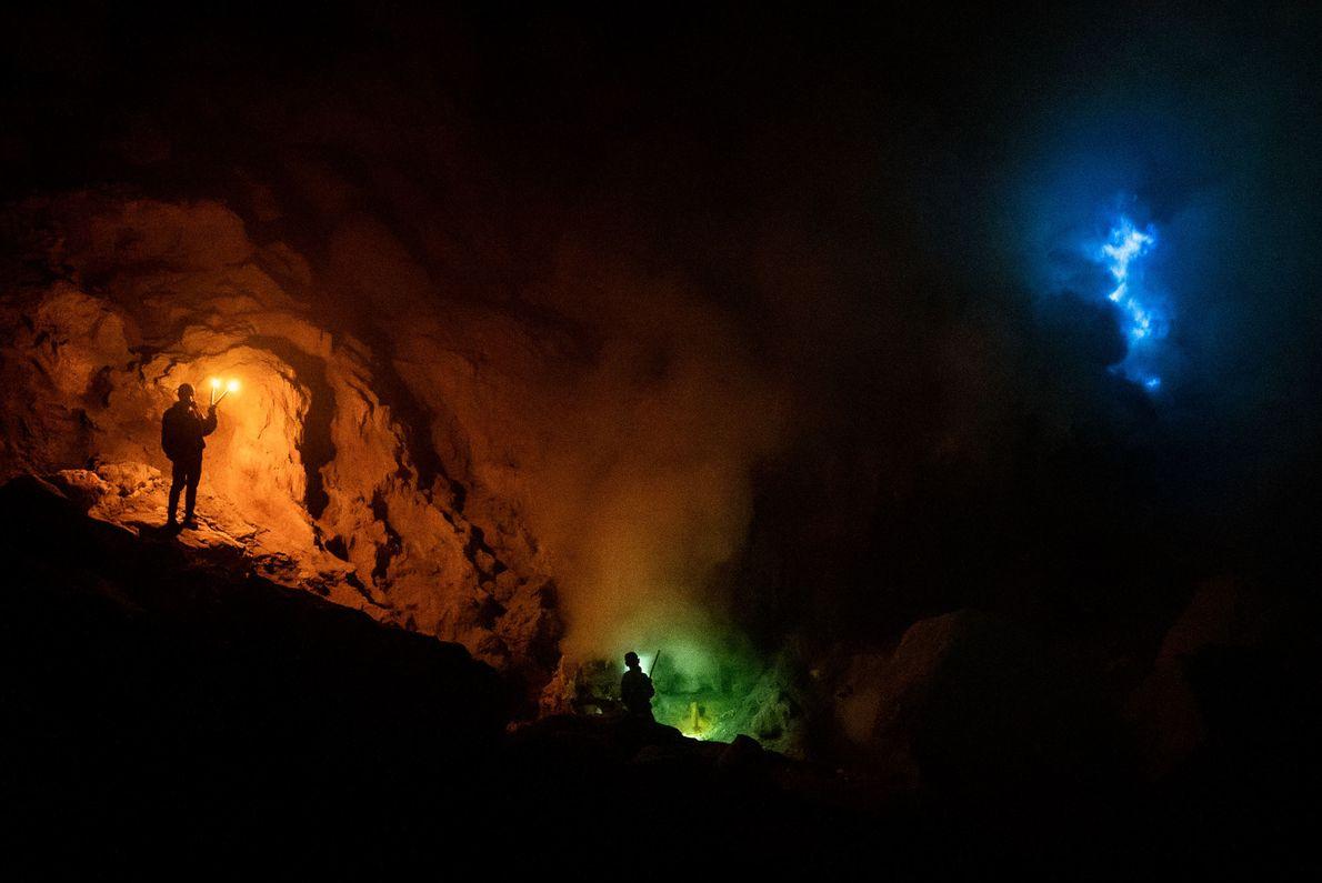O Monte Ijen é famoso por suas chamas azuis, que são causadas pela combustão de gases ...