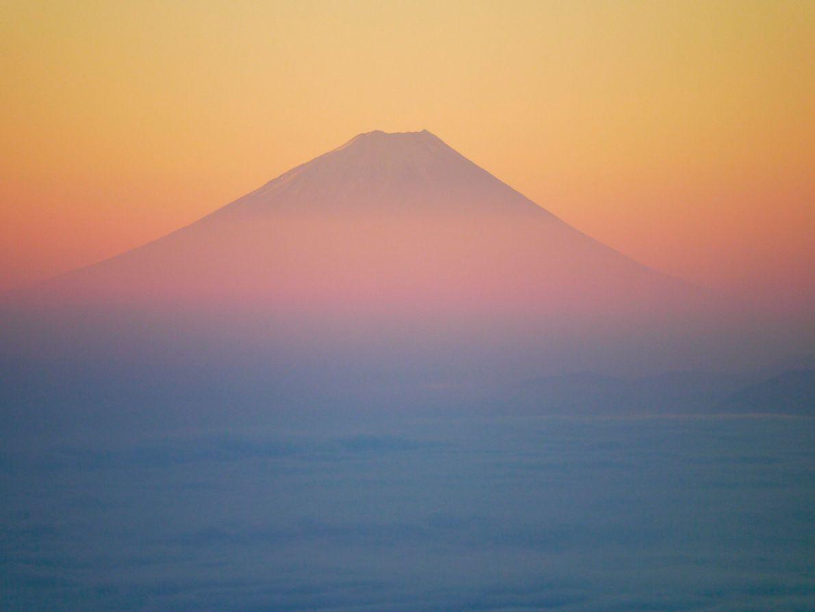 Um mar de nuvens cobre o Lago Suwa enquanto o sol da manhã revela uma imagem ...