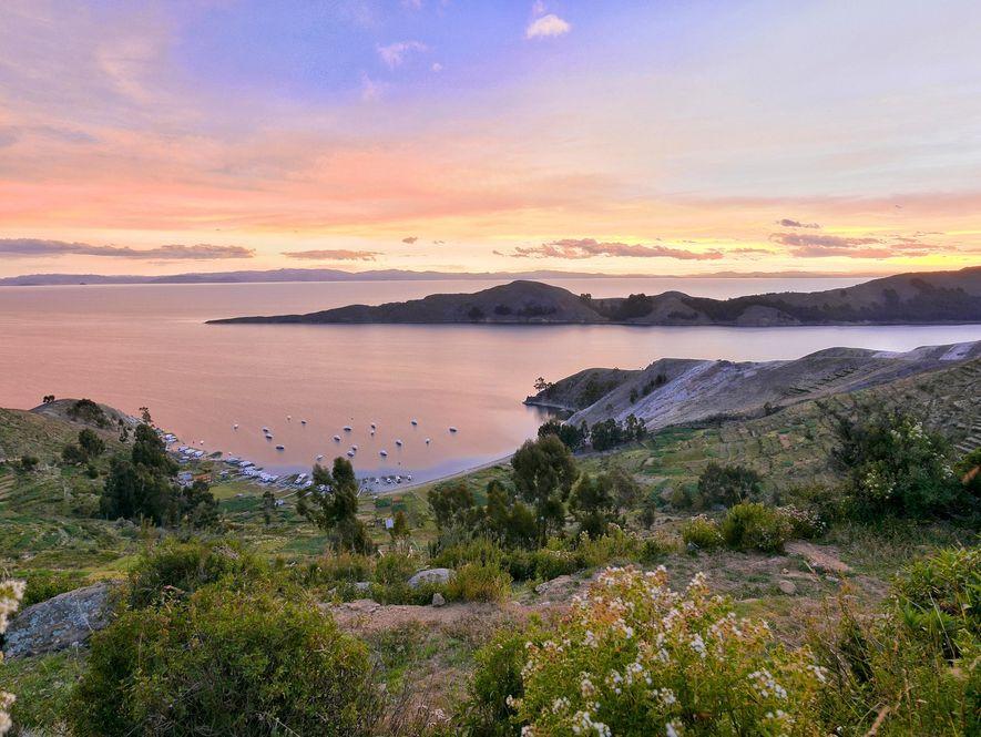 O sol se põe na Isla del Sol, na parte sul do Lago Titicaca, na Bolívia.