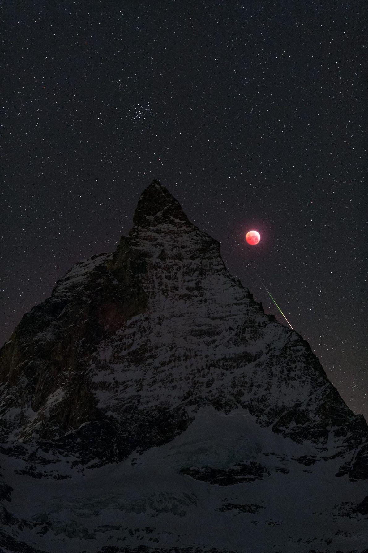 Em 21 de janeiro, o fotógrafo Stephane Vetter capturou Matterhorn, o eclipse lunar e um meteoro ...