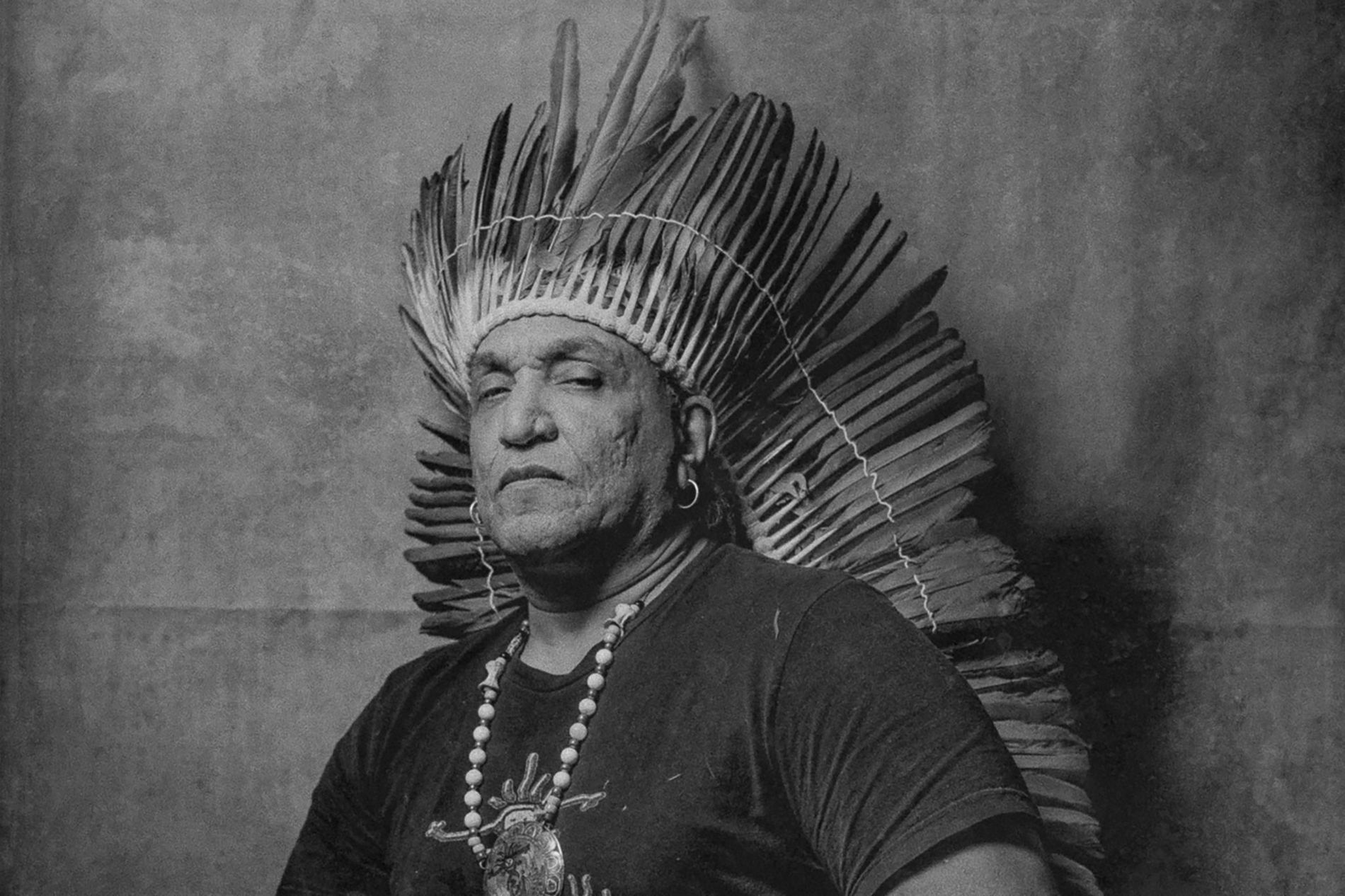 Durante séculos, acreditava-se que o povo indígena da região do Caribe, conhecido como taíno, estivesse extinto. Mas, recentemente, historiadores, auxiliados por exames de DNA, confirmaram o que muitas pessoas autoidentificadas como taínos modernos já sabiam: que um genocídio havia sido perpetrado no papel, depois que o censo parou de contabilizá-los, mas que a identidade deles persistira. Jorge Baracutei Estevez (acima), que lidera um grupo comunitário de taínos em Nova York, trabalhou com a fotógrafa Haruka Sakaguchi para retratar os taínos da atualidade e seus hipotéticos registros no censo.