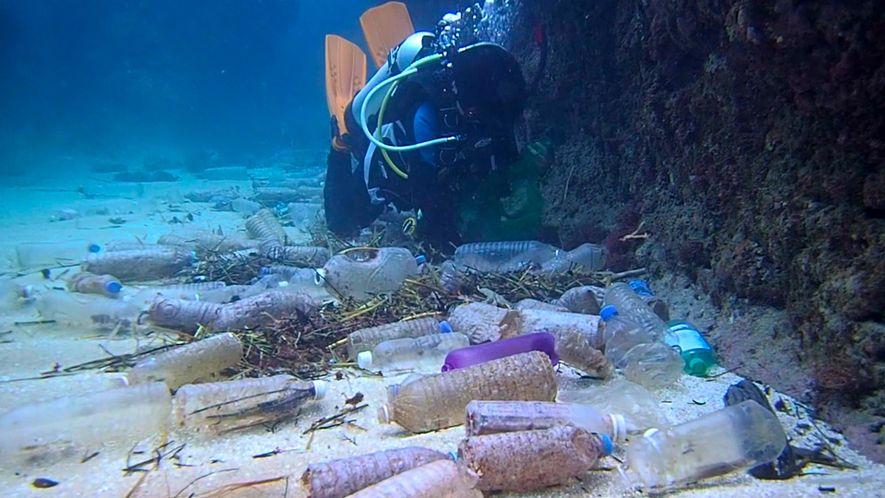 Garrafas plásticas cobrem o fundo do mar de ilha em Taiwan
