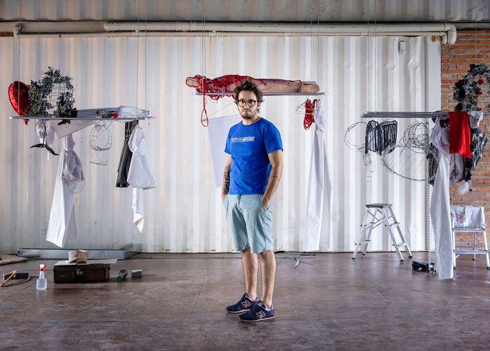 Marcos Felipe de Oliveira, ator e um dos fundadores da Cia. Mungunzá de Teatro, posa para ...