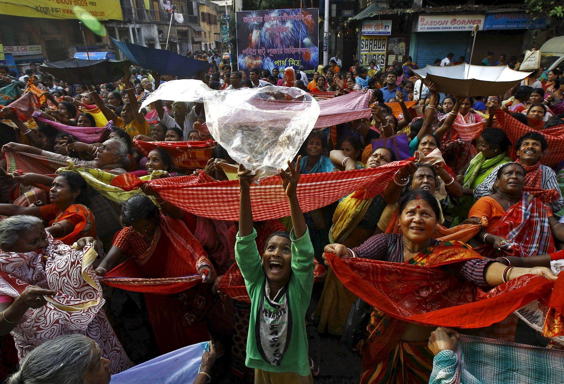 Um menino segura uma sacola plástica para receber arroz distribuído como oferenda pela autoridade do templo no festival de Annakut, em Kolkata, na Índia. Muitos locais religiosos no país estão tomando providências para reduzir o uso de plástico.