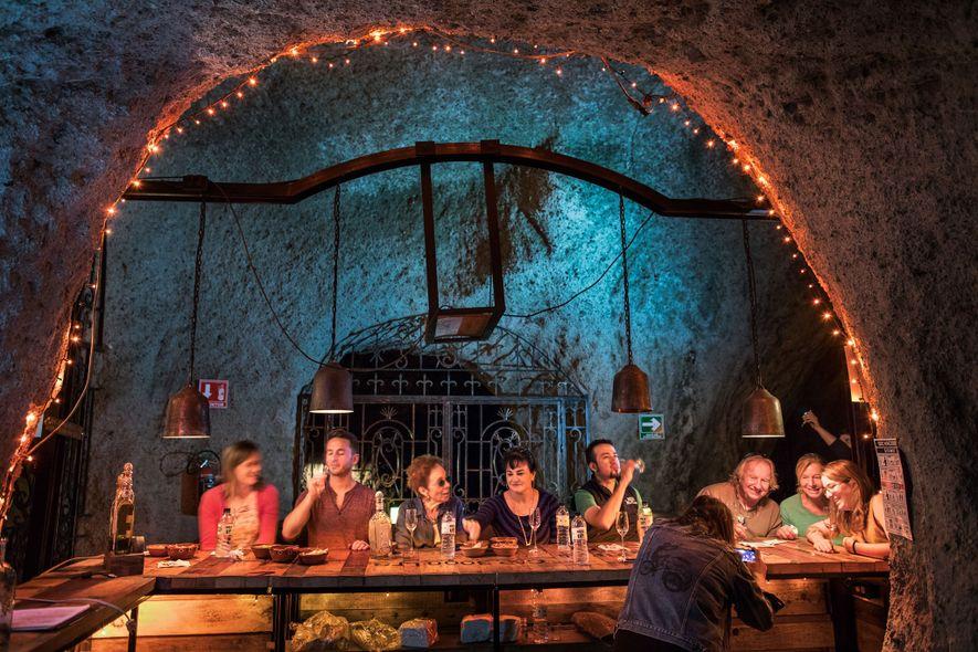 Visitantes provam a tequila em uma sessão de degustação na distilaria Fortaleza.