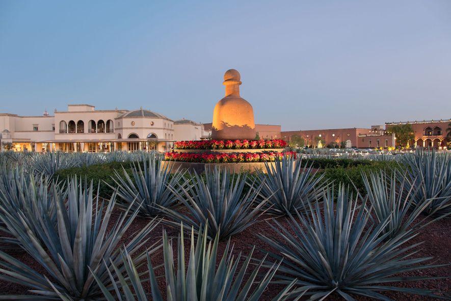 Uma estátua de pedra da garrafa de tequila Patrón guarda a entrada da Hacienda Patrón, em ...