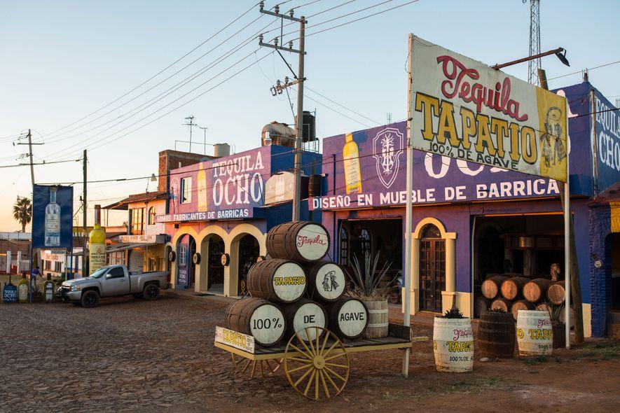 Uma venda na beira da estrada divulga a Tequila Ocho.
