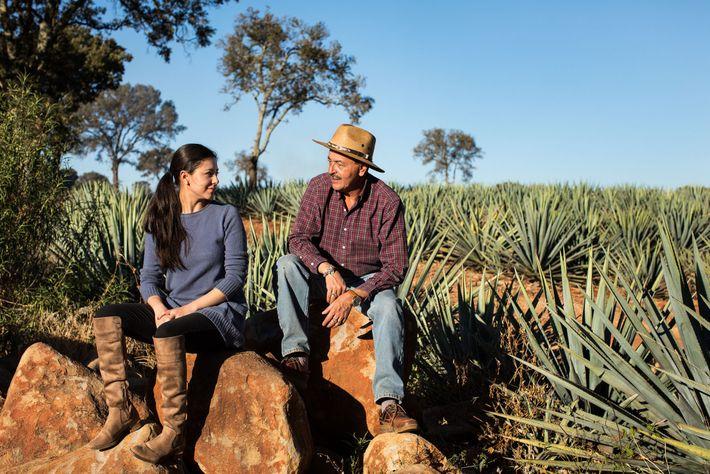 Carlos Camarena, mestre destilador e proprietário da Tequila Ocho, senta-se com sua filha Fany nos campos ...