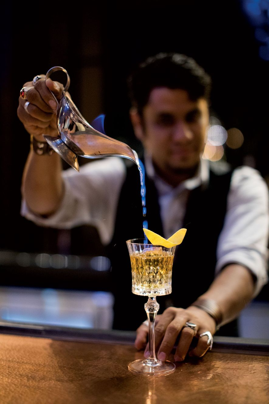 "O barman da Hacienda Patrón, Oskar Murillo, prepara um cocktail chamado ""fada azul""."
