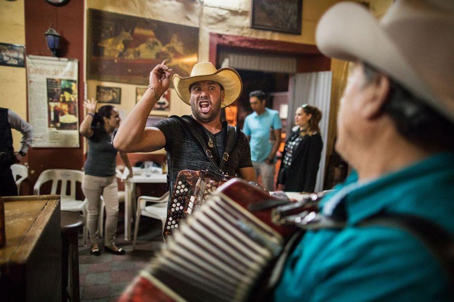 La Capilla, um bar no centro de Tequila, é conhecido por seus clientes alegres e cantorias ...