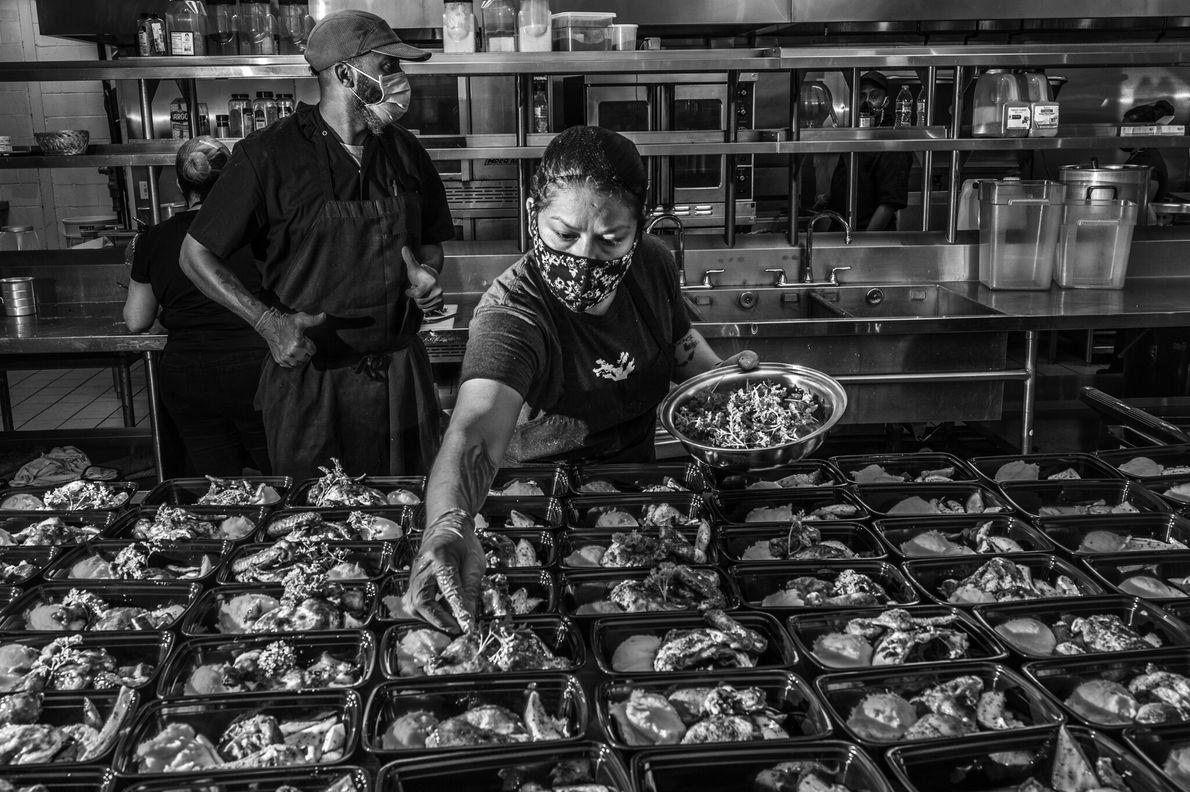 Funcionários do Lucille's 1913, refeitório comunitário sem fins lucrativos administrado pelo proprietário Chris Williams, prepara refeições ...