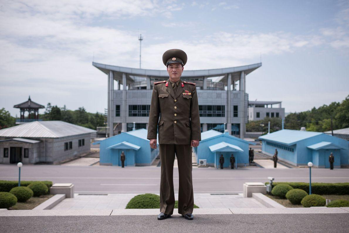 O tenente Kim, do Exército Popular da Coreia (KPA), posa para um retrato no lado norte ...