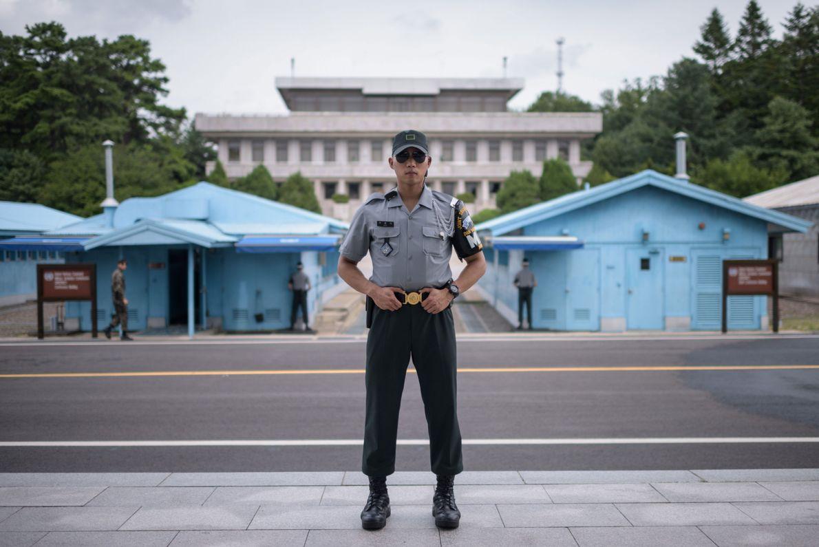 O Cabo Woo, do Exército da Coreia do Sul, posa para um retrato no lado sul ...