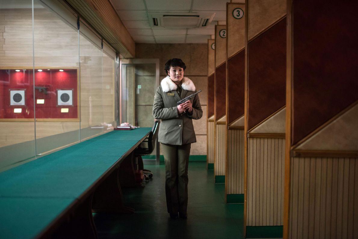 Instrutora de tiros norte-coreana Kim Su Ryon segura uma arma e posa para uma foto no ...