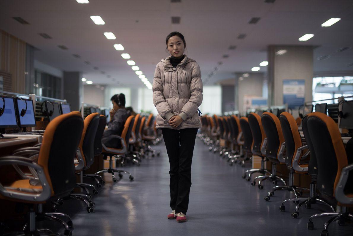 O voluntário e estudante Ri Young Hwa, 19, em frente a um laboratório de computação do ...
