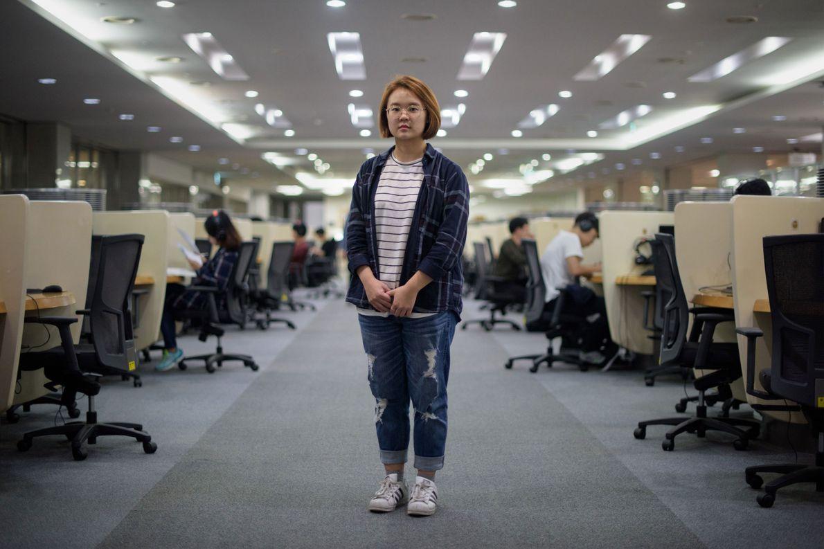 Estudante Jenni Lim, 21, em um laboratório de computação na Universidade Yonsei em Seul, Coreia do ...