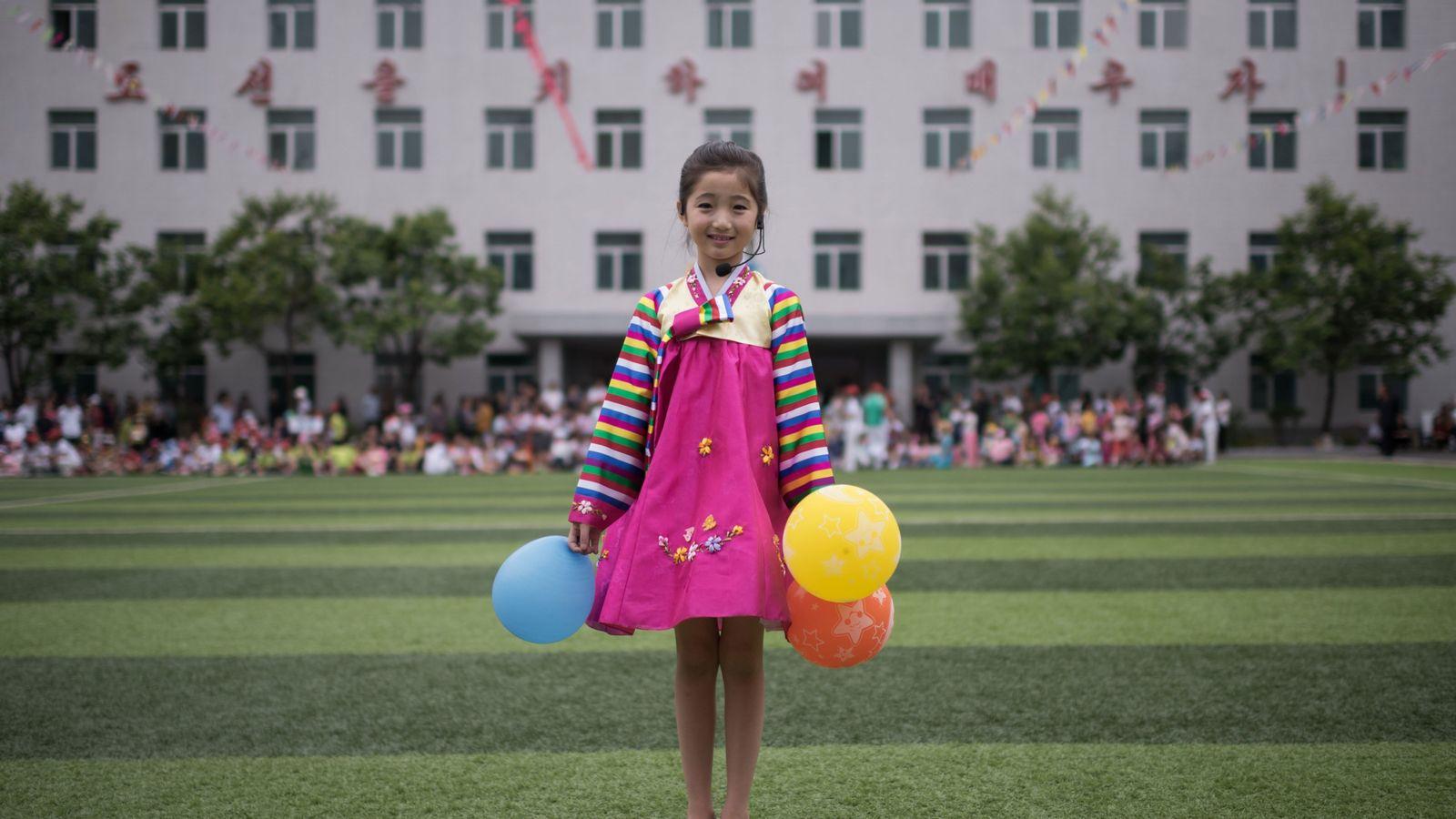 Kim Song Jong, nove anos, posa para uma foto seguindo uma apresentação de dança em um ...