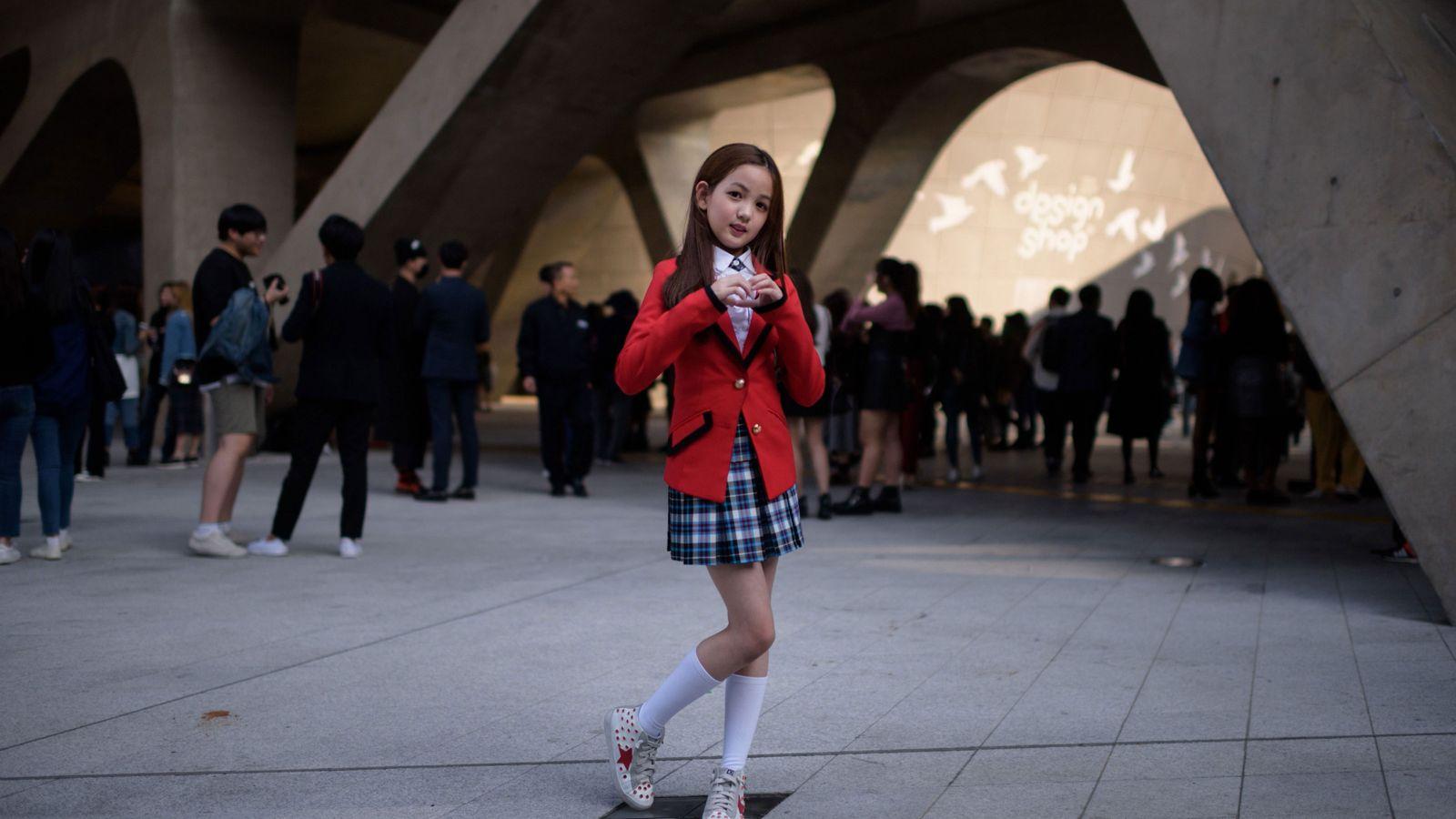 Yoon Hyerim, dez anos, posa para uma foto seguindo uma performance de dança em Dongdaemun Design ...