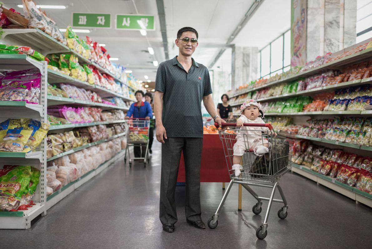 Han Gwang Rim, 34, com sua filha Su Ryon em um supermercado em Pyongyang, Coreia do ...