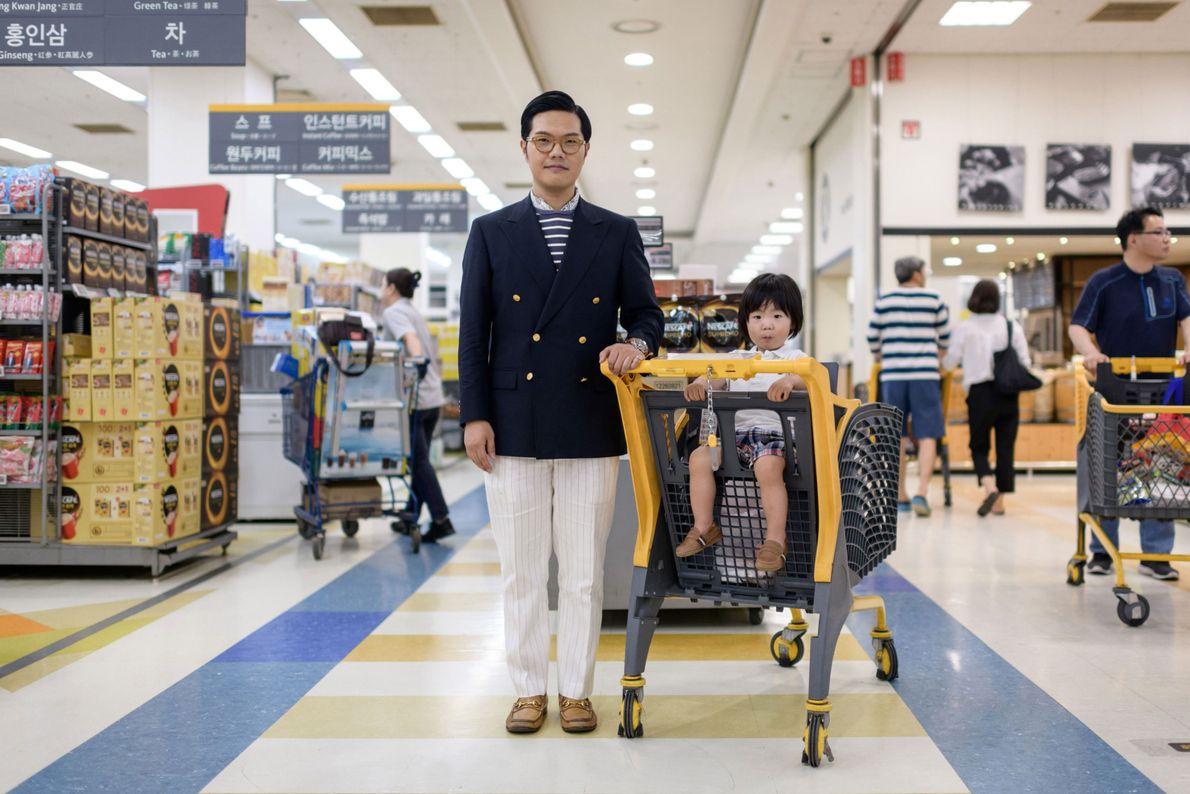 Hong Sung-cho, 35, com seu filho Hong Jinu, dois anos, em um supermercado em Bundang, perto ...