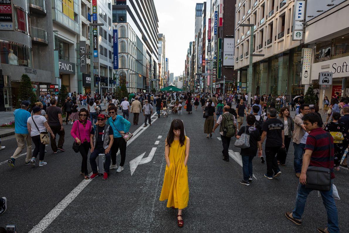 Pedestres, compradores e observadores de pessoas passeiam por Chuo-dori, em Ginza, um dos destinos mais movimentados ...