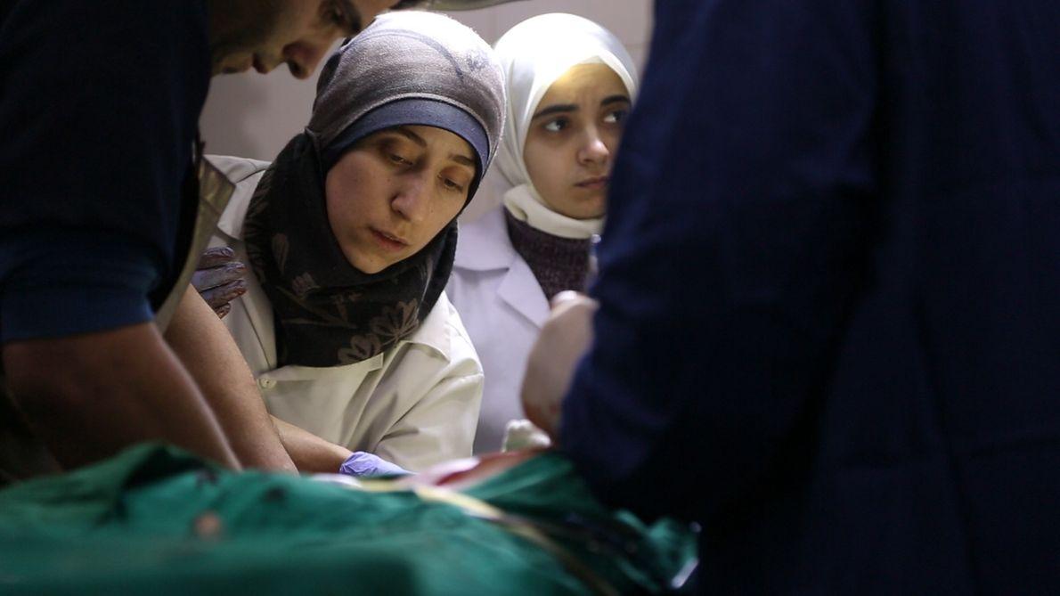 """Na """"caverna"""", trabalham a médica Amani Ballour e suas colegas Samaher e Alaa, entre outros profissionais ..."""