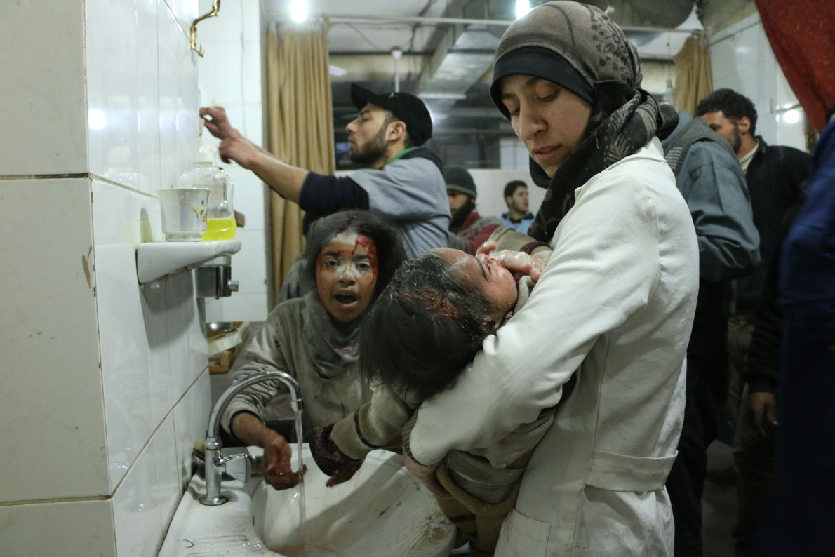 O documentário segue o dia a dia dessas mulheres em meio a bombardeios, escassez de suprimentos ...