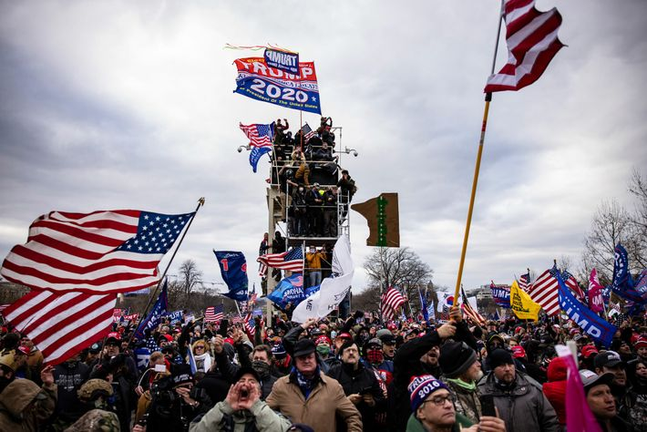 Apoiadores de Trump invadem o Capitólio dos Estados Unidos após um comício com o presidente Donald ...